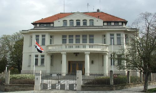 واشنطن توقف أنشطة السفارة السورية وتطرد العاملين فيها
