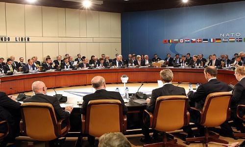 """""""الناتو"""" يعلق كافة أشكال التعاون مع روسيا وموسكو تحذر كييف"""