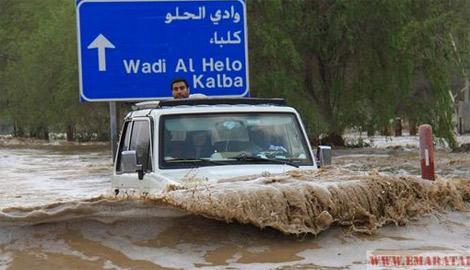 شاب مواطن ينقذ عائلة من الغرق في وادي الحلو بالشارقة