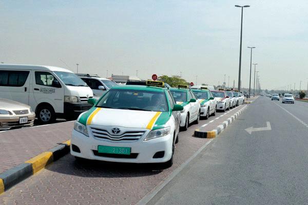 الشارقة: 713 ألف شخص يدفعون أجرة المواقف عبر SMS
