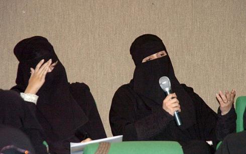 إماراتيتان تمارسان الافتاء في دبي