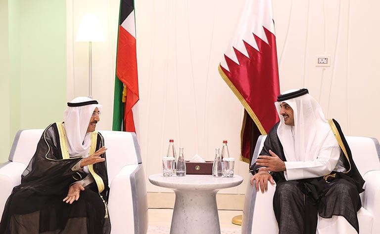 أمير الكويت يسعى لحل الخلاف الخليجي وعودة السفراء