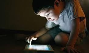 أضواء الأجهزة الإلكترونيةتؤثر على صحته مستخدميها