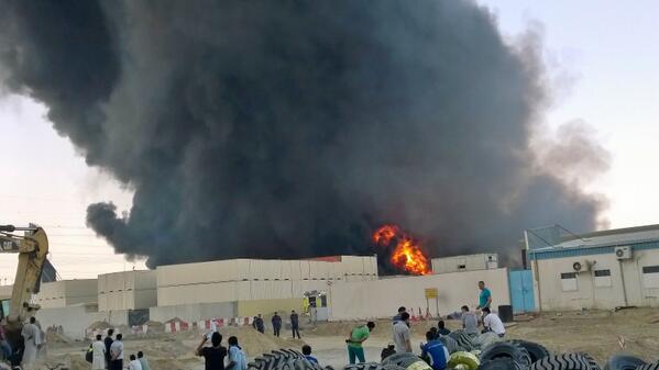 حريق ضخم في الشارقة يلتهم خمس مستودعات بالمنطقة الصناعية
