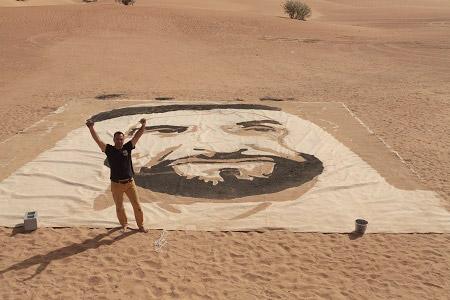 الانتهاء من رسم أكبر لوحة للشيخ زايد على الرمال
