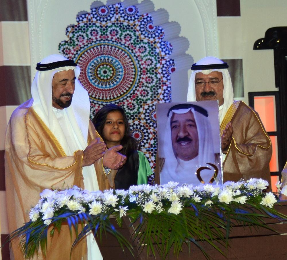 حاكم الشارقة يمنح أمير الكويت جائزة الشخصية العربية للدعم الإنساني