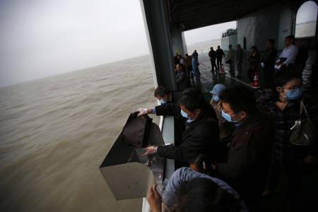 الصينيون يدفنون موتاهم في البحر بسبب ندرة الأرض