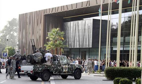 مسلحون يهاجمون مبنى البرلمان الليبي