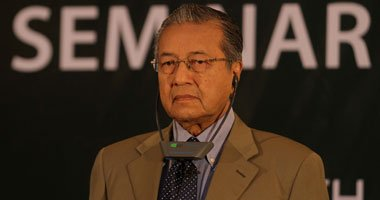 مهاتير يلمح لدور أجهزة مخابرات باختفاء الطائرة الماليزية
