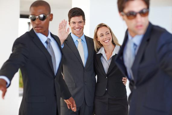 لماذا يرتدي الحراس الشخصيون نظاراتٍ سوداء باستمرار؟