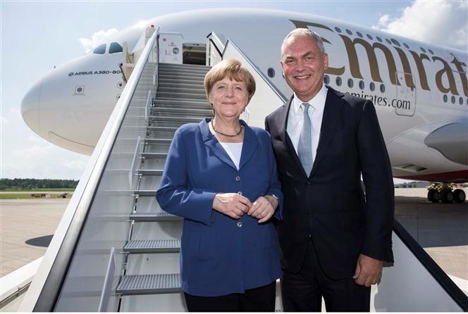 أنجيلا ميركل تزور طائرة الإمارات 380 ايه في معرض برلين
