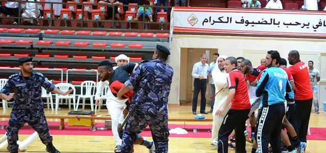 مباراة  كأس يد  الشارقة والأهلي تنتهي بتدخل الشرطة