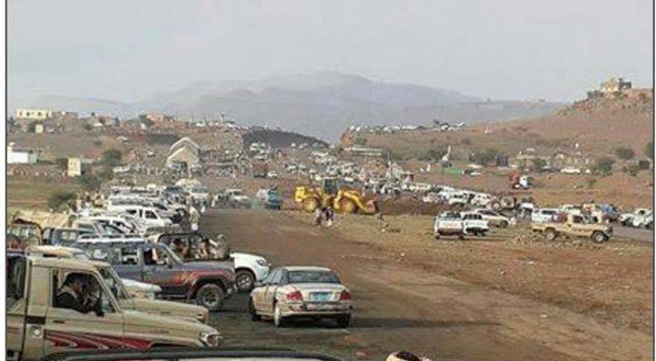 الحوثيون يحشدون أنصارهم على مداخل صنعاء ويشرعون في حفر الخنادق