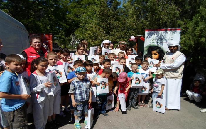 الهلال الأحمر الإماراتي يوزع الكسوة على أطفال قرغيزستان