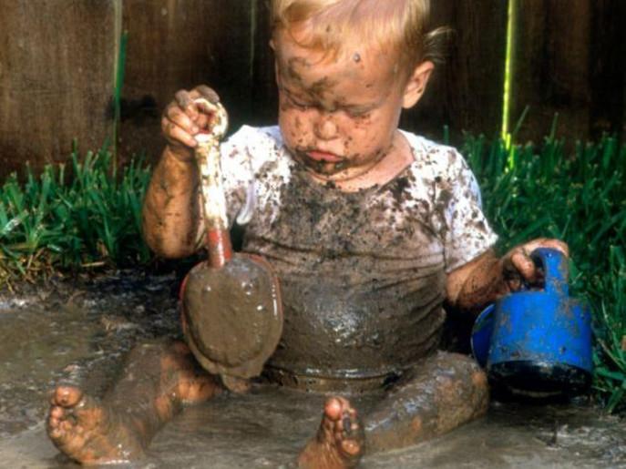 لعب الأطفال بالطين يعزز المناعة