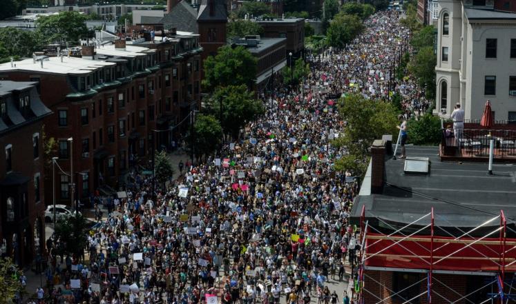 مظاهرة حاشدة في بوسطن تندد بعنصرية ترمب