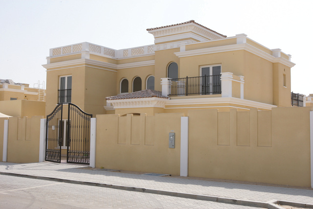 محمد بن زايد يوجه بتسليم مساكن جديدة لـ715 مواطناً