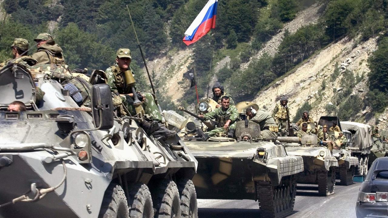الناتو يدعو روسيا لسحب قواتها وعتادها العسكري من أوكرانيا