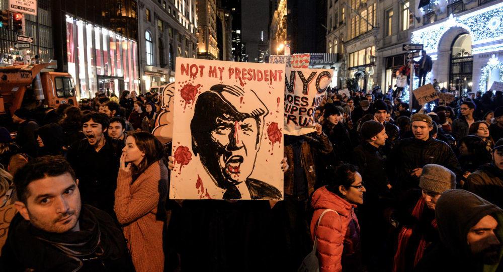 آلاف الأمريكيين يتظاهرون ضد ترامب ..