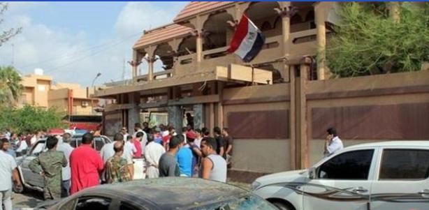 شهود عيان : إقتحام السفارة المصرية بطرابلس و إحراقها