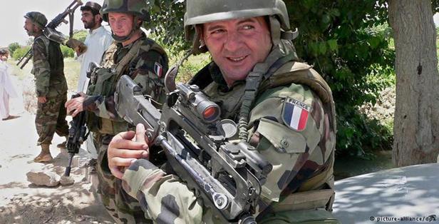 تدعم حفتر ضد الثوار.. مقتل جنديين من القوات الخاصة الفرنسية في بنغازي