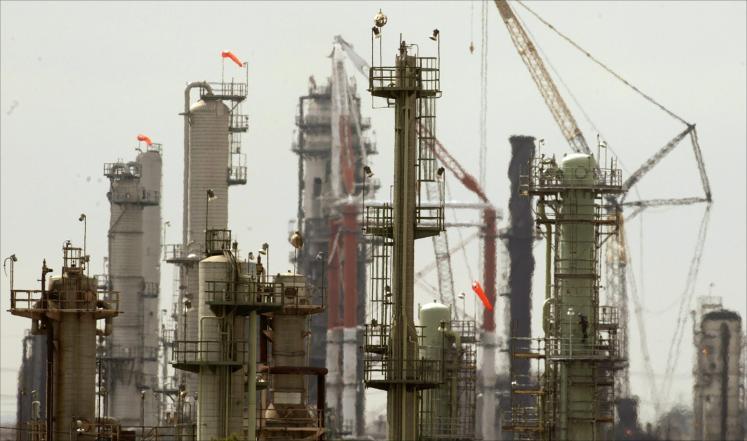 زيادة المخزون الأميركي والإنتاج السعودي يهبطان بأسعار النفط
