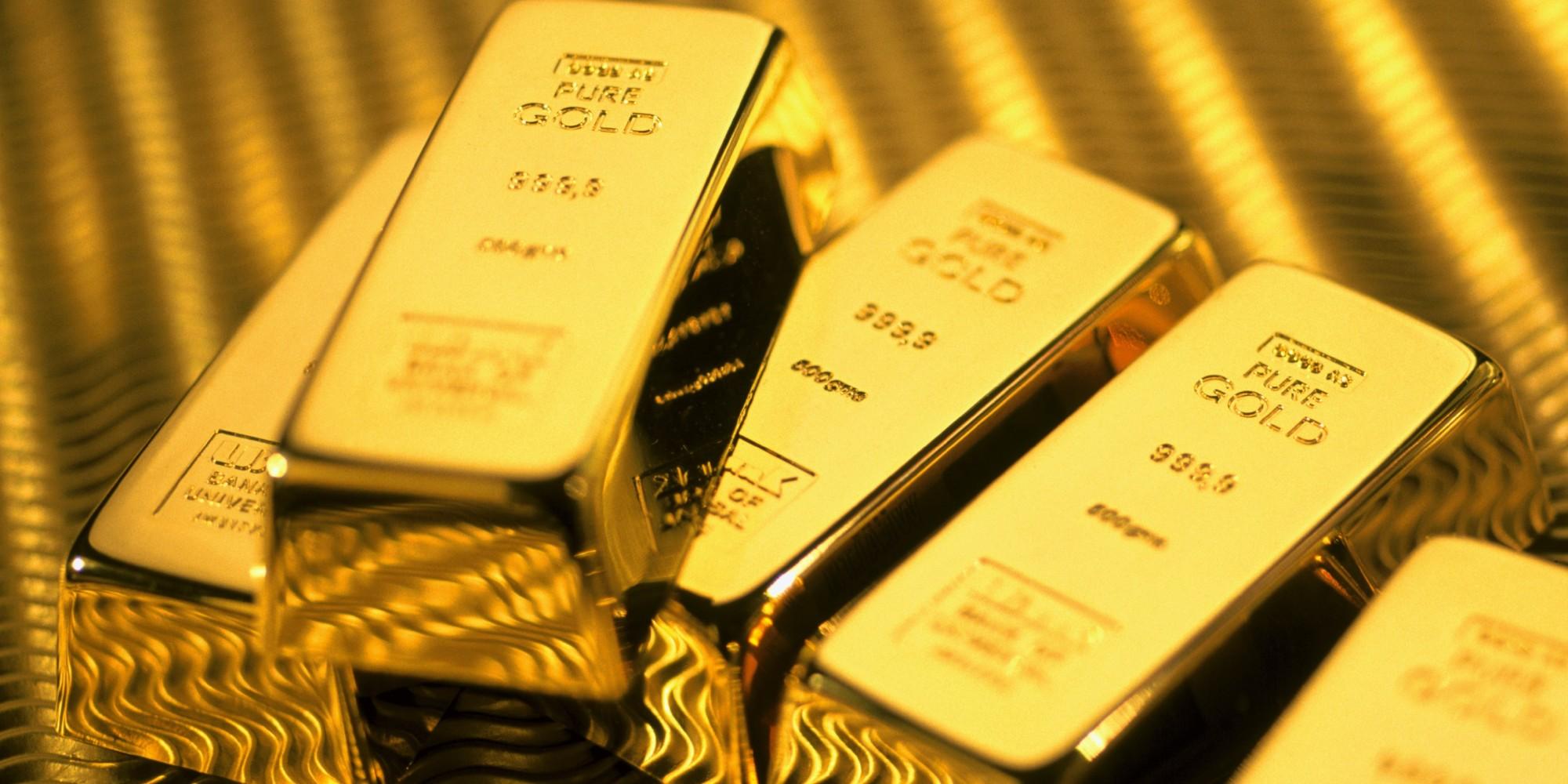 الذهب يهبط مع صعود الدولار لأعلى مستوى في 14 عاما