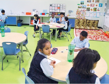 طلاب يدرسون تحت درجات الحرارة العالية بسبب تعطل أجهزة التكييف