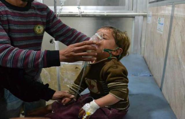 """هجوم للنظام السوري بـ""""غاز الكلور"""" يطال 100 مدنياً بريف حماة"""