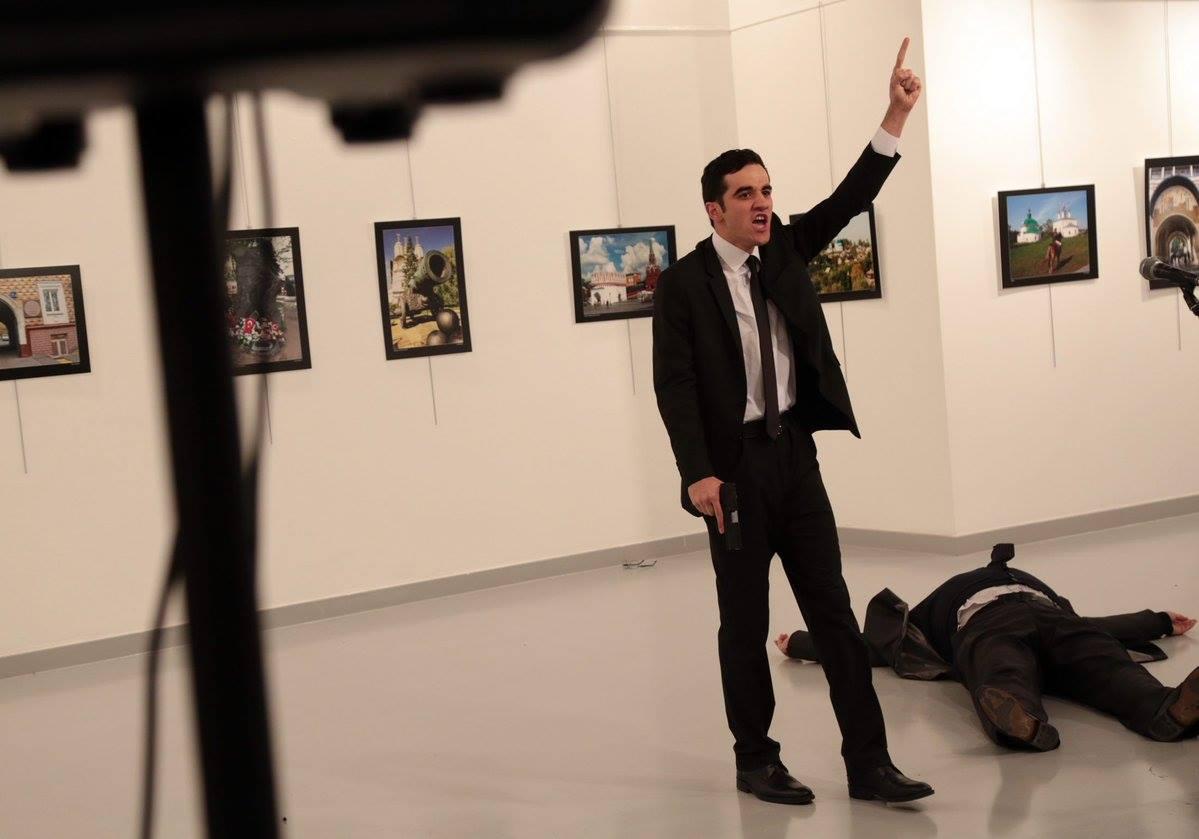 مقتل السفير الروسي في أنقرة والمهاجم هتف لحلب