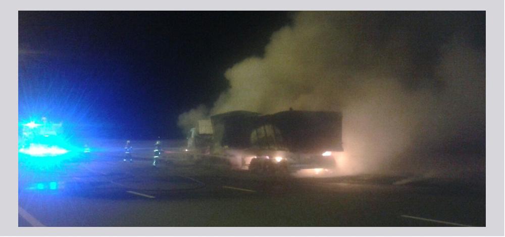 اصابة شخص واحتراق شاحنة في حادث بشارع الإمارات