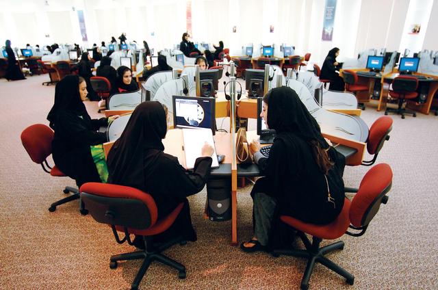 المرأة العاملة.. جزء من الحل أم جزء من المشكلة؟