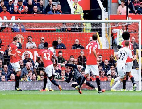 مانشستر يونايتد يتلقى خسارته الأولى في افتتاح الدوري الإنجليزي