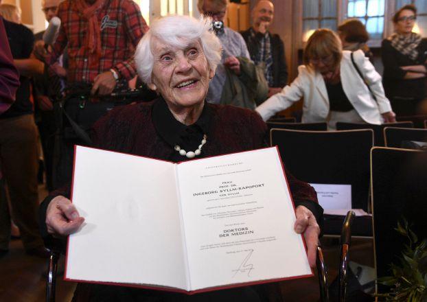 ألمانية تحصل على الدكتوراة عن عمر 102 سنة