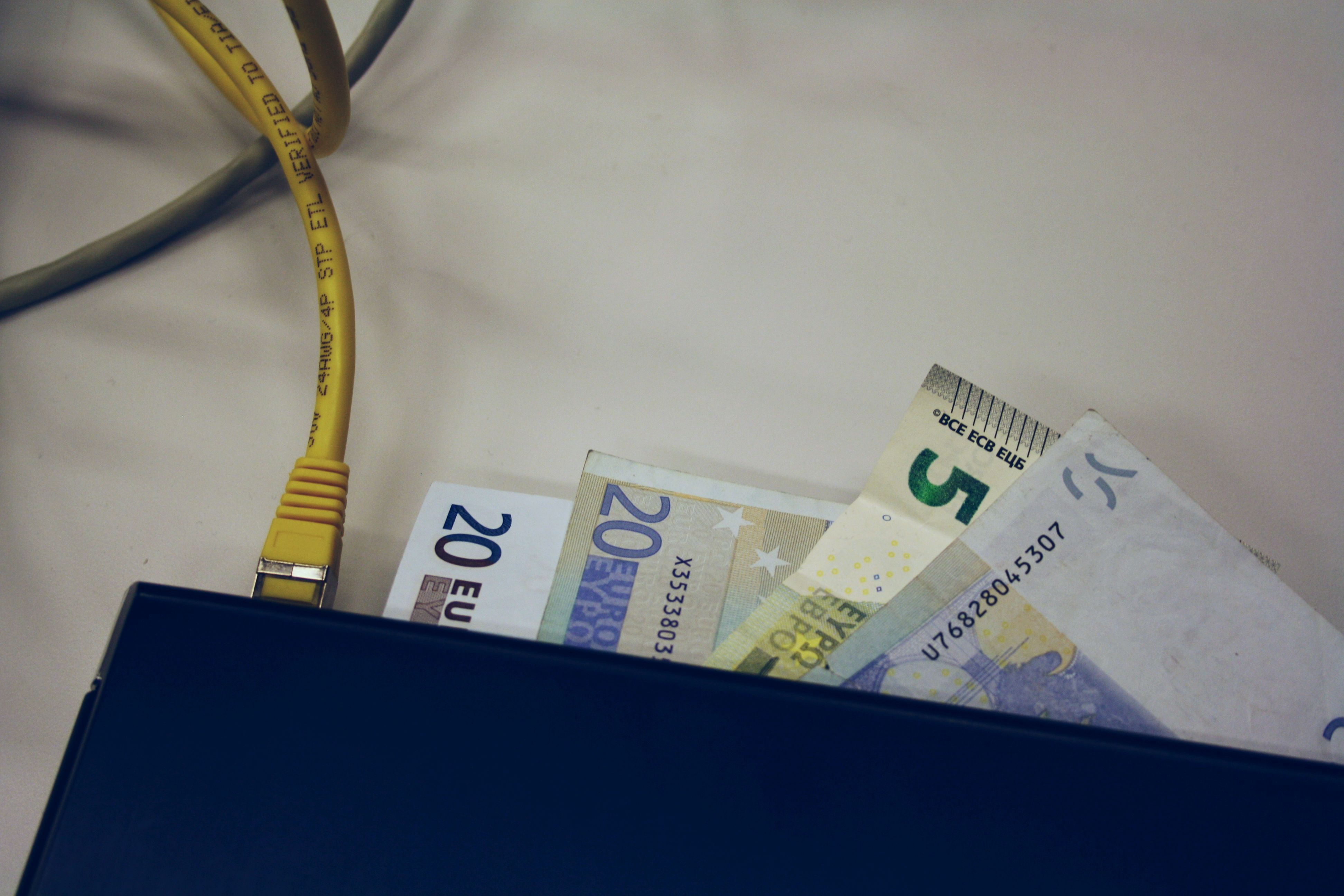 بنوك إماراتية تتكبد خسائر لفشلها في حماية صرافاتها الآلية