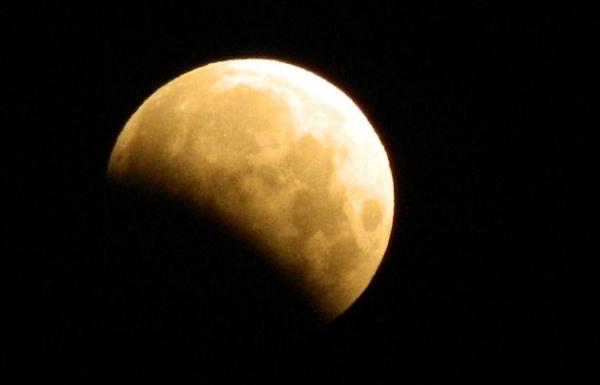 الإمارات تشهد خسوفاً جزئياً للقمر 7 أغسطس