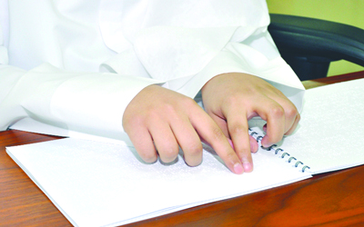 زايد الخيرية توزع الكتب الدراسية على الطلبة المكفوفين في الدولة