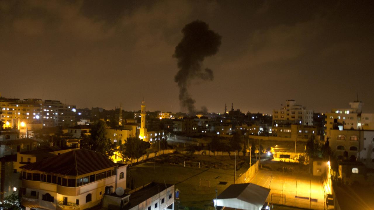 مقاتلات إسرائيلية تقصف غزة وصواريخ على المستوطنات القريبة