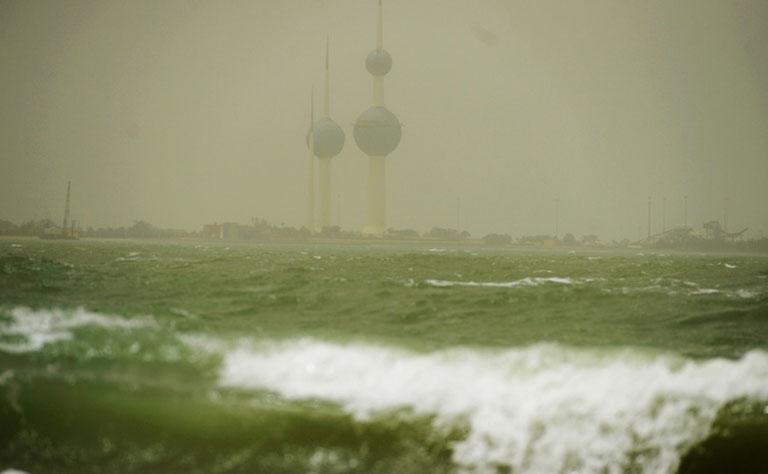 عاصفة رملية توقف الملاحة الجوية والبحرية بالكويت