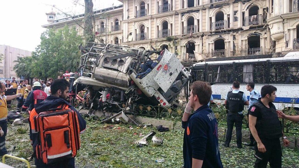 11 قتيلاً بانفجار استهدف عربة للشرطة وسط إسطنبول
