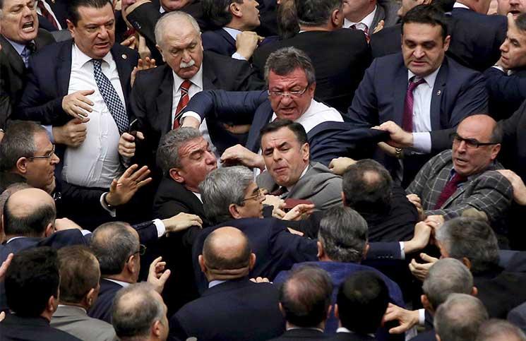 اشتباك بالأيدي بين نواب أتراك على خلفية تعديل الدستور