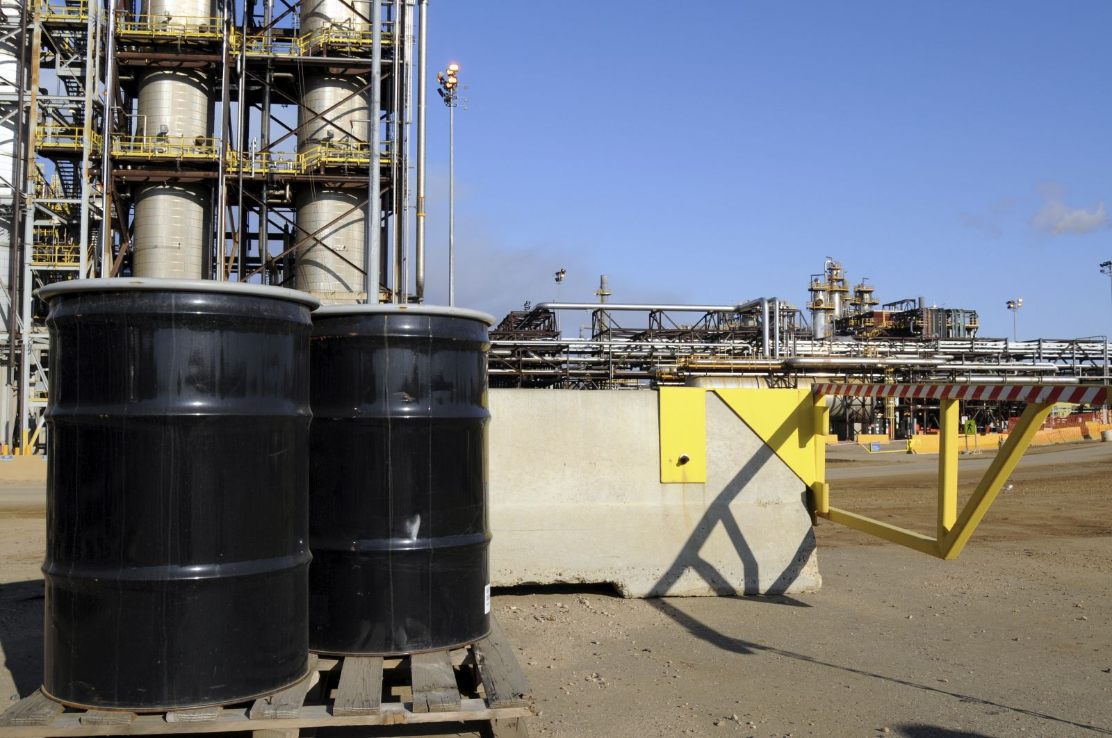 أسعار النفط تقترب من مستويات 2003 تحت ضغط ارتفاع المخزونات الأمريكية