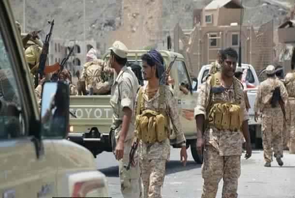 أفراد من النخبة الحضرمية يتظاهرون أمام مقر قوات الإمارات شرق اليمن