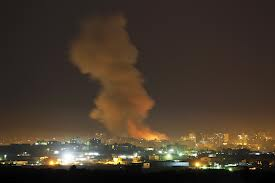 إسرائيل تشن غارات جوية على غزة وتسحب مفاوضيها من القاهرة