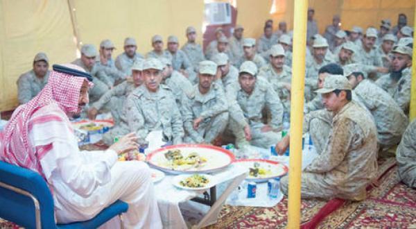 ولي العهد السعودي يتفقد الحدود السعودية مع العراق