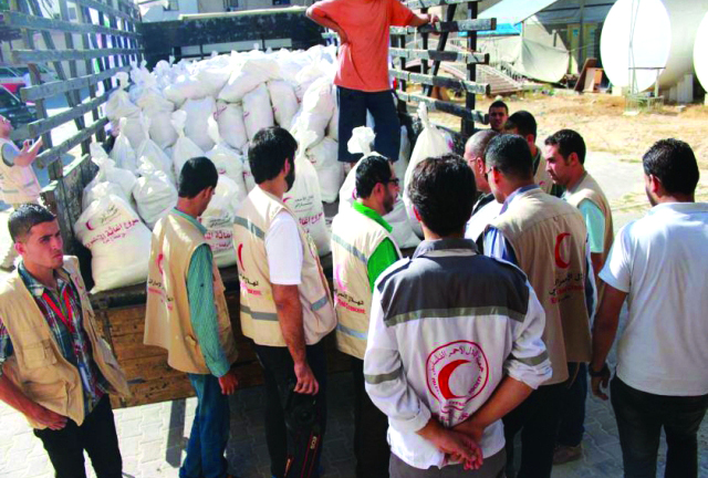 الهلال الأحمر يوزع 3500 طرد غذائي في غزة