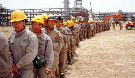 الصين تبدء بإجلاء 1000 من عمالها حاصرتهم الحرب في العراق