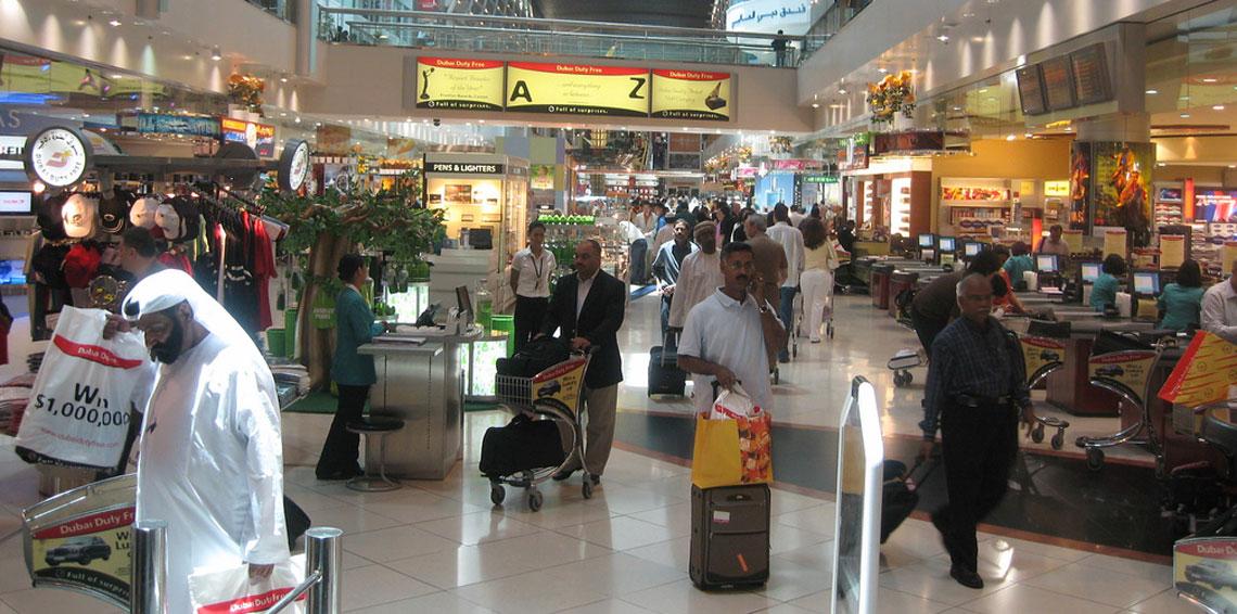 رواية رسمية فقط: أوروبي ينهال على شرطي إماراتي بالضرب في مطار دبي