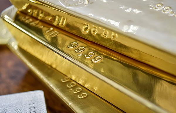 تراجع الذهب إلى أدنى مستوى.. والنفط يتراجع والدولار يرتفع