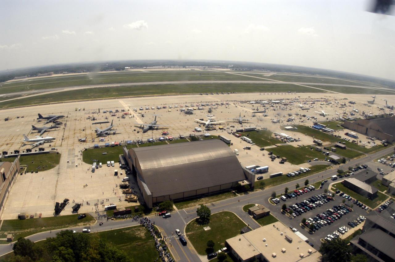 إطلاق نار في قاعدة جوية مخصصة لرحلات الرئيس الأمريكي